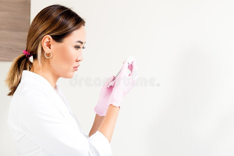 Beautician pcha strzykawkę wstrzykiwać Botox obraz royalty free
