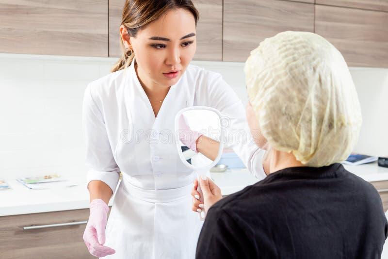 Beautician pcha strzykawkę wstrzykiwać Botox obrazy stock