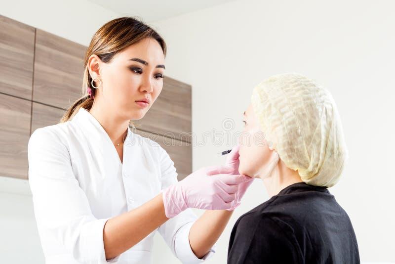 Beautician pcha strzykawkę wstrzykiwać Botox obraz stock