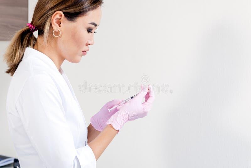 Beautician pcha strzykawkę wstrzykiwać Botox zdjęcia stock