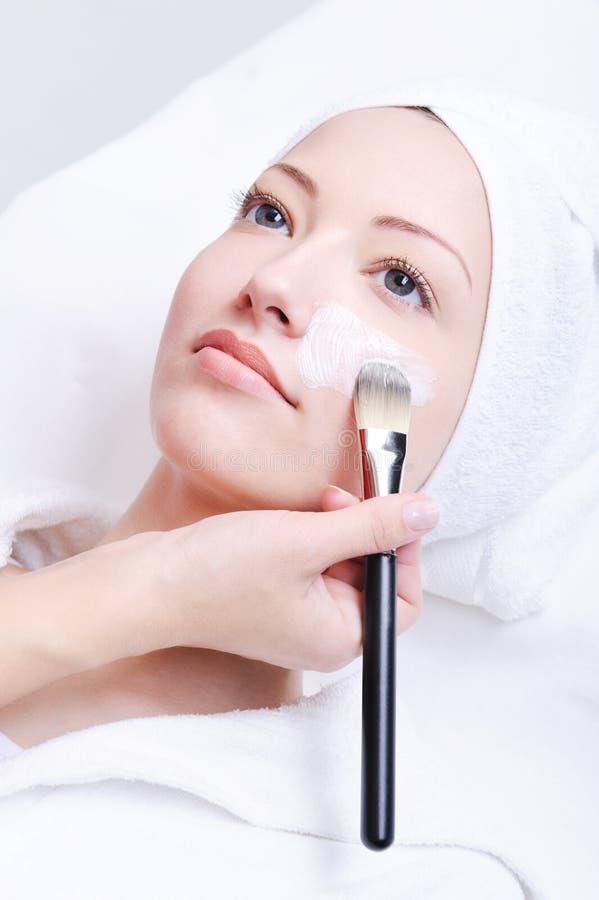 Beautician que aplica la máscara cosmética foto de archivo