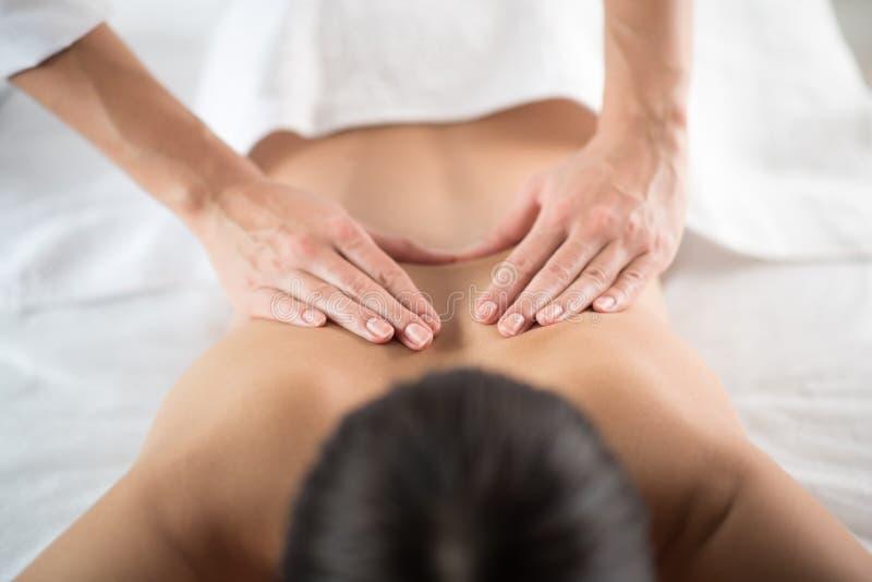 Beautician ręki robi masażowi dla kobiety fotografia royalty free