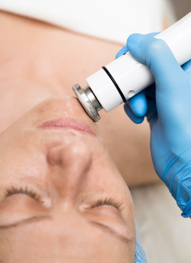 Beautician robi udźwigowi młoda kobieta Kosmetyczne procedury dla twarzy Piękno traktowania w zdroju salonie fotografia royalty free