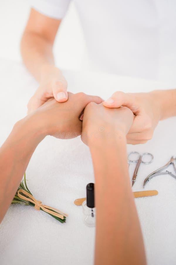 Beautician segregowania klientów żeńscy gwoździe przy zdroju piękna salonem zdjęcie stock