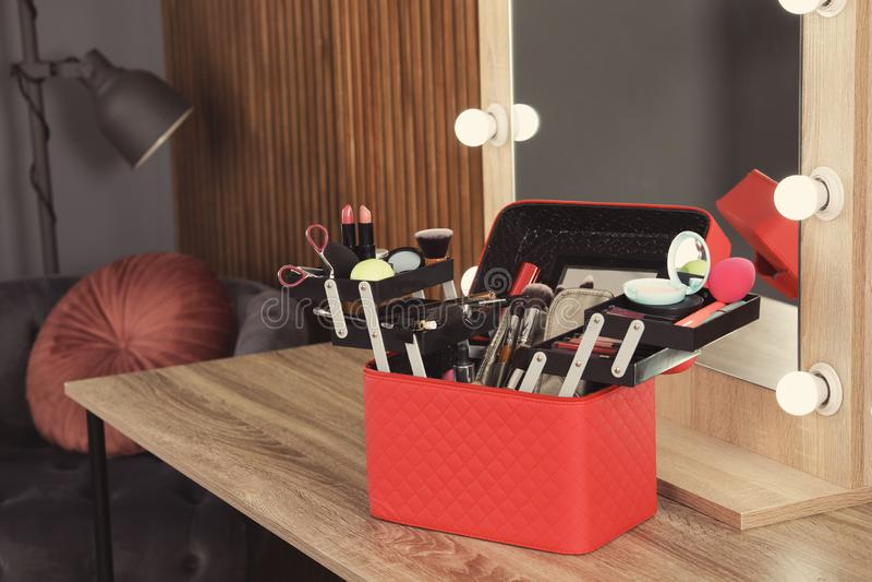 Beautician skrzynka z fachowymi makeup produktami, narzędziami i obraz stock
