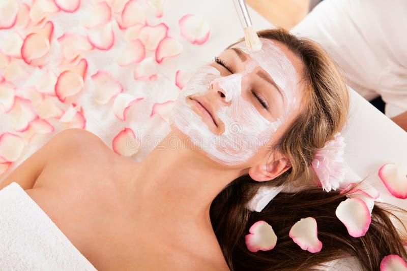 Beautician stosować twarzy maskę zdjęcia royalty free