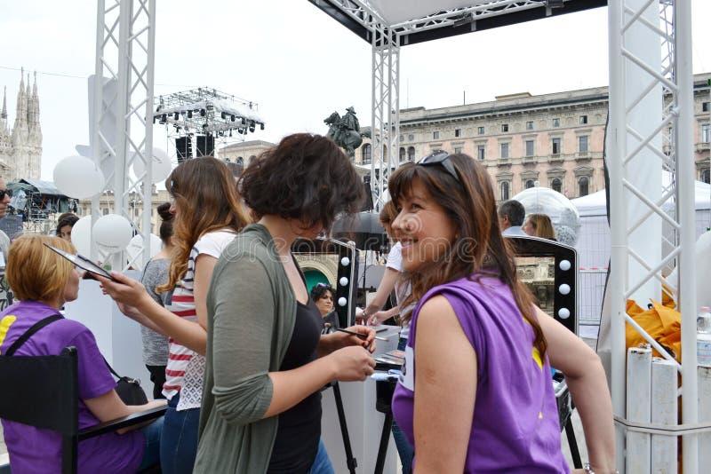 "Beauticians που λαμβάνει το σύνολο ""Brosway ""φωτογραφιών πελατών δωρεάν υπαίθρια στην πλατεία του Μιλάνου Duomo στοκ φωτογραφία με δικαίωμα ελεύθερης χρήσης"
