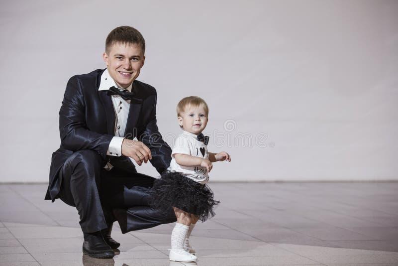 Beautif семьи, папы и дочери стильное и модно одетое стоковая фотография rf