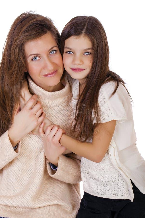 Beautifal小女孩和愉快的母亲 免版税图库摄影