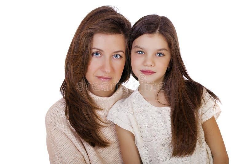Beautifal小女孩和愉快的母亲 免版税库存照片