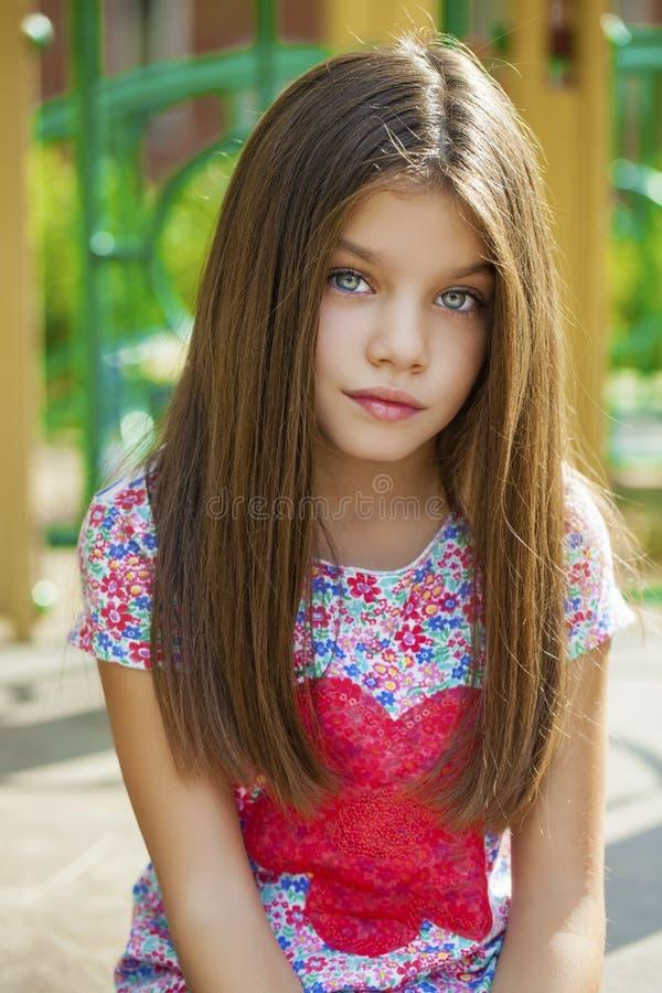Beautifal小女孩在秋天公园 库存照片