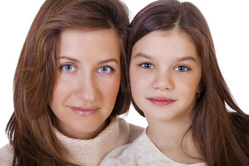 Beautifal liten flicka och lycklig moder arkivfoton