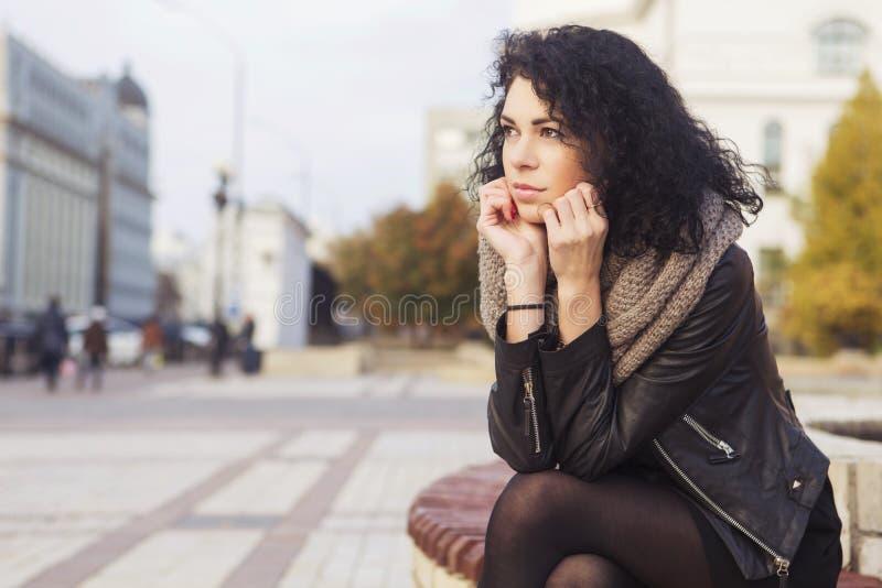 Beautifil brunetki caucasian kobieta w skórzanej kurtce w i szaliku obraz stock