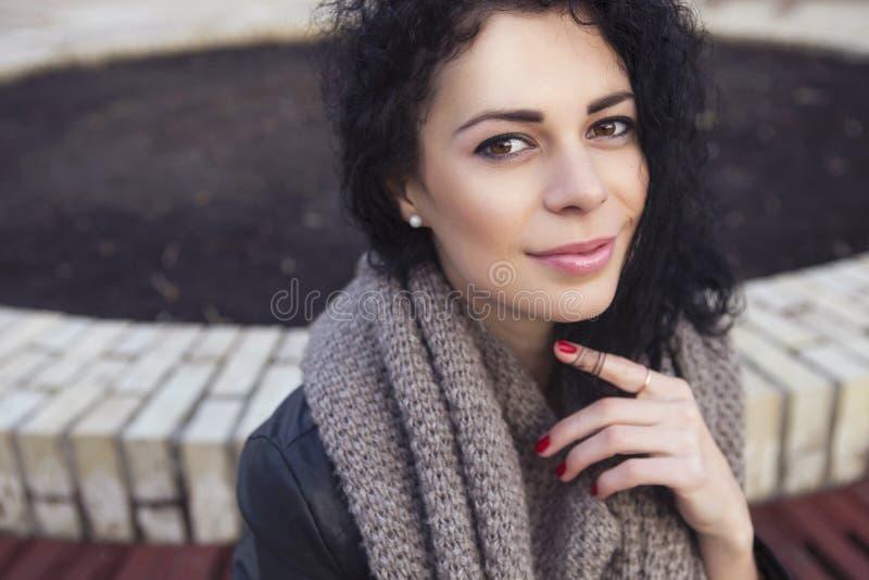 Beautifil brunetki caucasian kobieta w skórzanej kurtce w i szaliku fotografia royalty free