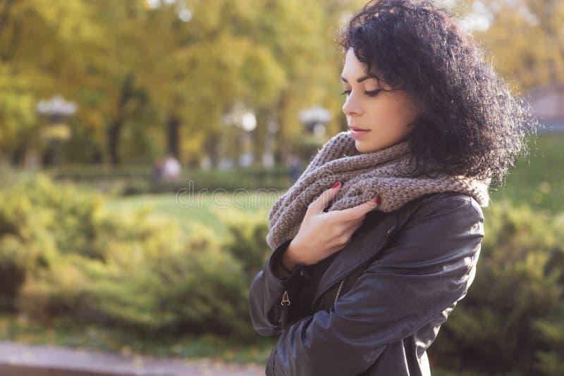 Beautifil brunetki caucasian kobieta w skórzanej kurtce w i szaliku zdjęcie royalty free