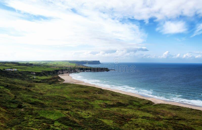 Beautifil irländarekustlinje arkivbild