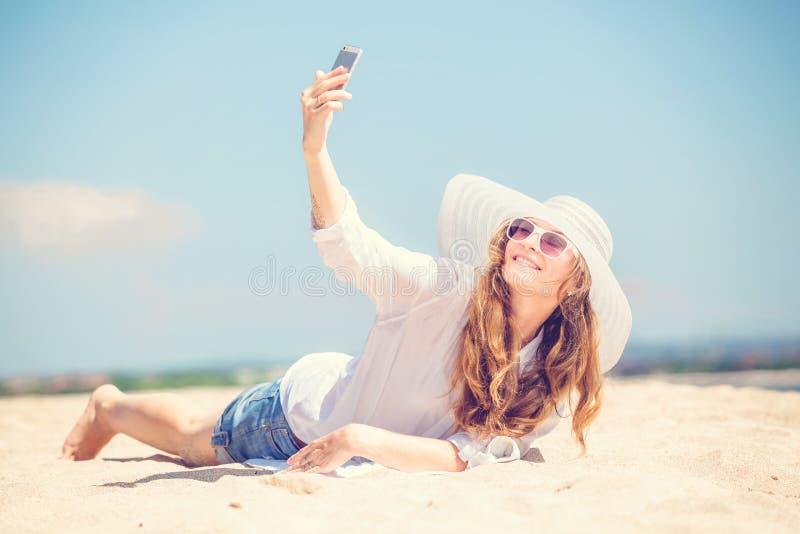 Beautifil młodej kobiety lying on the beach na plaży przy pogodnym fotografia royalty free