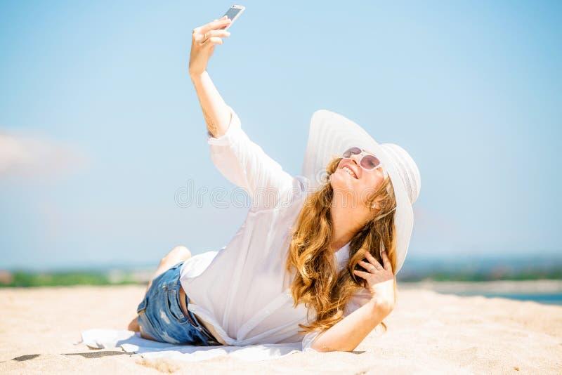 Beautifil młodej kobiety lying on the beach na plaży przy pogodnym obrazy stock
