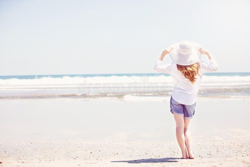 Beautifil młodej kobiety odprowadzenie wzdłuż plaży przy zdjęcia royalty free