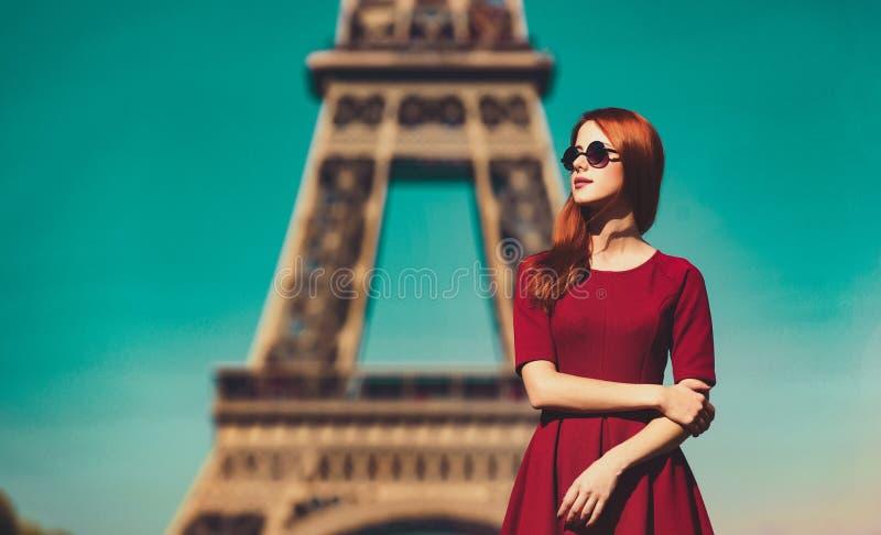 Beautifu女孩在有埃菲尔铁塔的巴黎 免版税库存图片