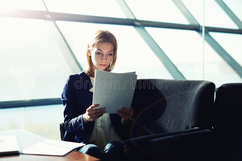 Beautifu有短发研究的学生女孩由检查决定 库存照片
