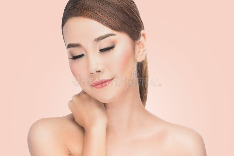 Beautifu Azjatycka kobieta przy zdrojem, portret piękna kobieta z zamkniętymi oczami przyjemność, naturalni kosmetyki, cieszy się zdjęcie stock