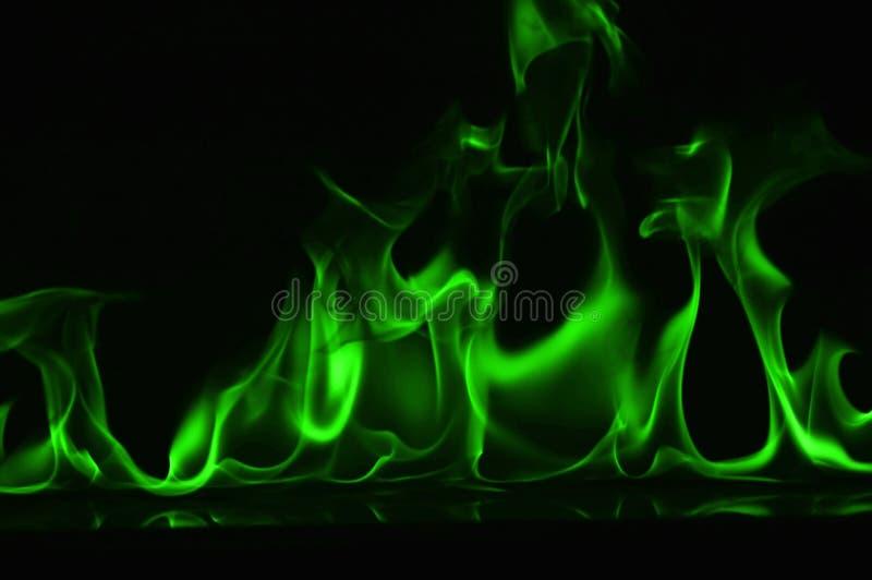 Beautifu gräsplanbrand flammar på en svart bakgrund royaltyfria bilder