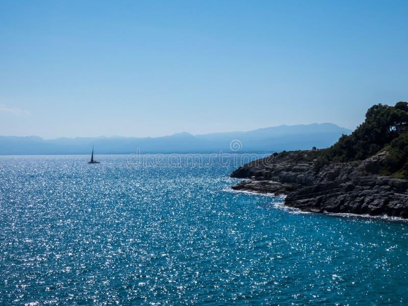 Beautifu overzeese mening op een zonnige dag in Salou, Spanje Mediterranianoverzees royalty-vrije stock foto's