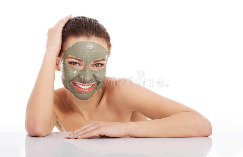 Beautifu-toplessl Frau mit Gesichtsmaske. stockfotos