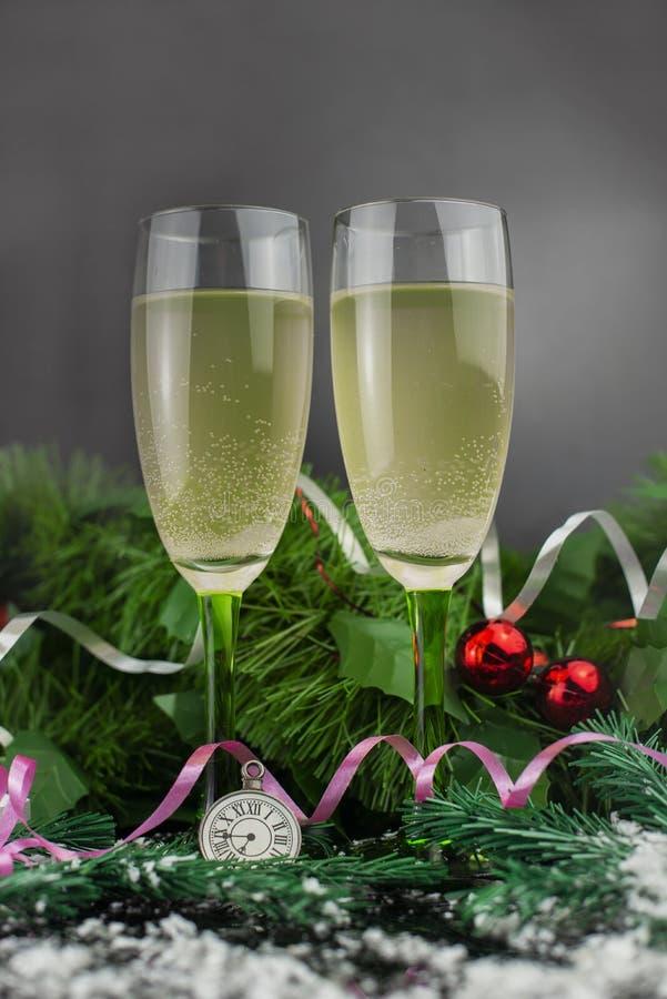 Beautifuerl-Gläser aus Champagner oder Wein zu Weihnachten stockbilder