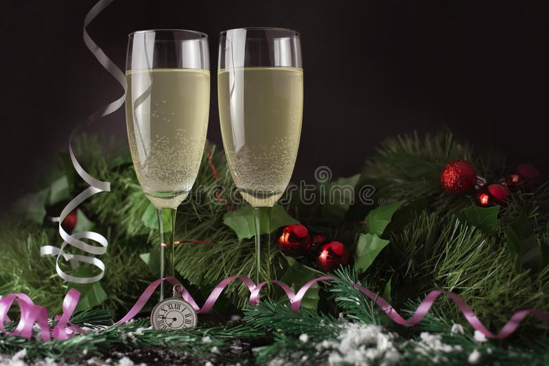 Beautifuerl-Gläser aus Champagner oder Wein zu Weihnachten stockfotos
