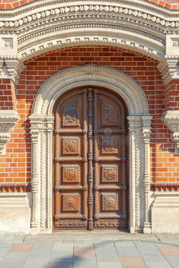 Free Beautiful Arched Door, Decorated With Carvings Royalty Free Stock Photo - 163888725