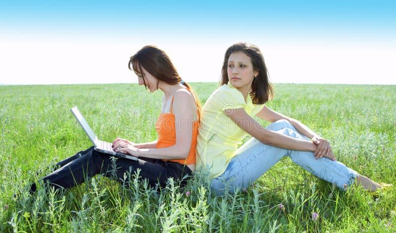 beautiful computer girls laptop two στοκ φωτογραφία με δικαίωμα ελεύθερης χρήσης