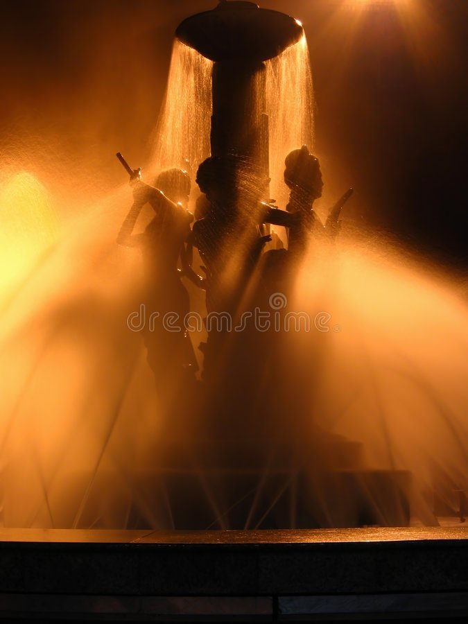 Download Beautiful fountain night στοκ εικόνα. εικόνα από διάθεση - 398623