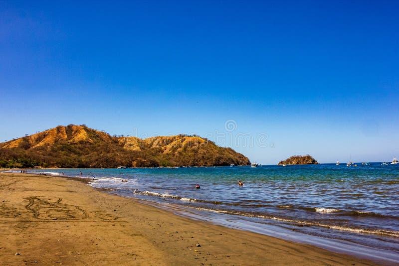 Beautiful Playas del Coco con la montagna costiera nel fondo fotografia stock libera da diritti