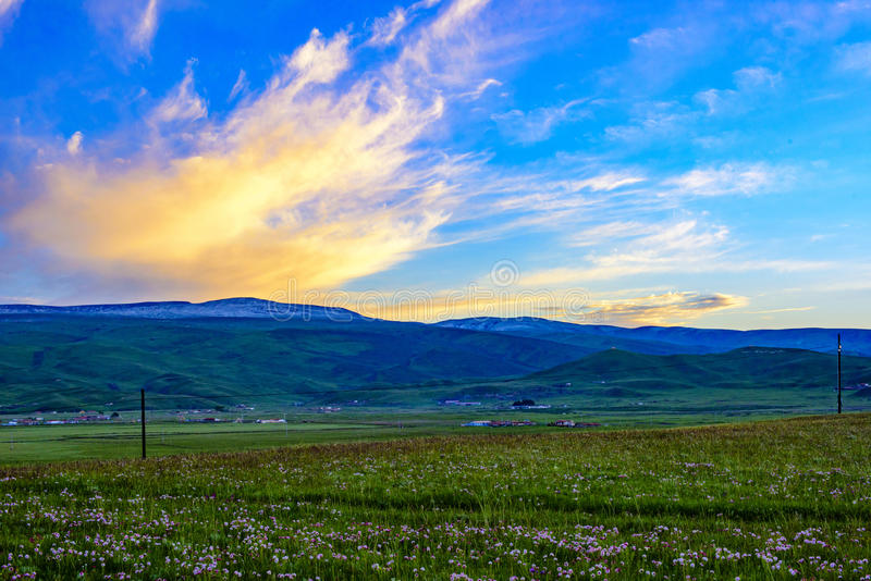 The beautiful scenery of the Qinghai - Tibetan plateau at sunset, Qinghai province, China. The Qinghai - Tibet plateau sunset blue sky, Evening Glow, snow-capped stock image