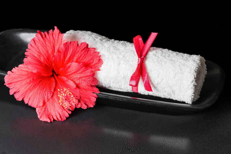 Beautiful spa έννοια του κόκκινου hibiscus λουλουδιού με τη δροσιά και το λευκό στοκ εικόνα