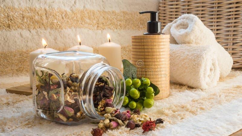 Beautiful SPA die met kaarsen, handdoeken en kruiden plaatsen stock foto's