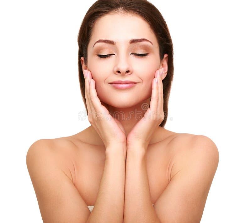 Beautiful spa vrouw met schone schoonheidshuid wat betreft haar gezicht royalty-vrije stock afbeeldingen
