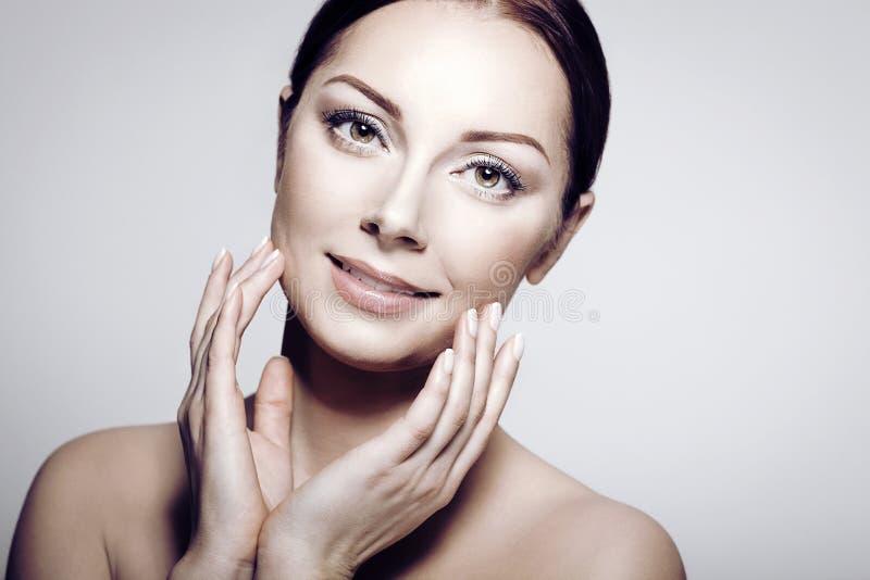 Beautiful Spa Vrouw wat betreft haar Gezicht Zuiver Schoonheidsmodel royalty-vrije stock afbeeldingen