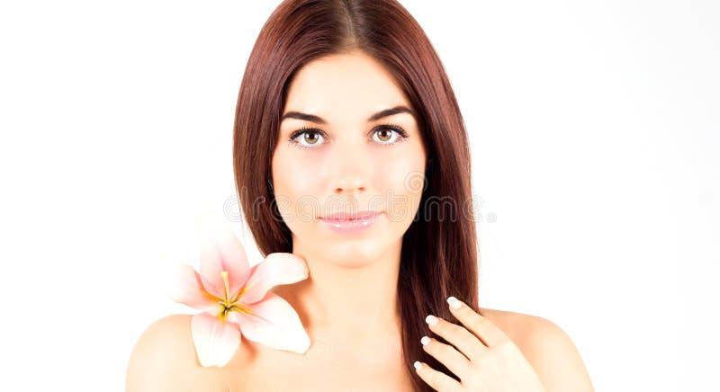 Beautiful spa vrouw wat betreft haar haar Vrouw met het roze bloem glimlachen Vrouw met verse en duidelijke huid stock foto