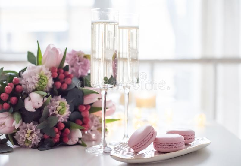 Beautiful wedding decoration with champagne and pink flowers, el stock images