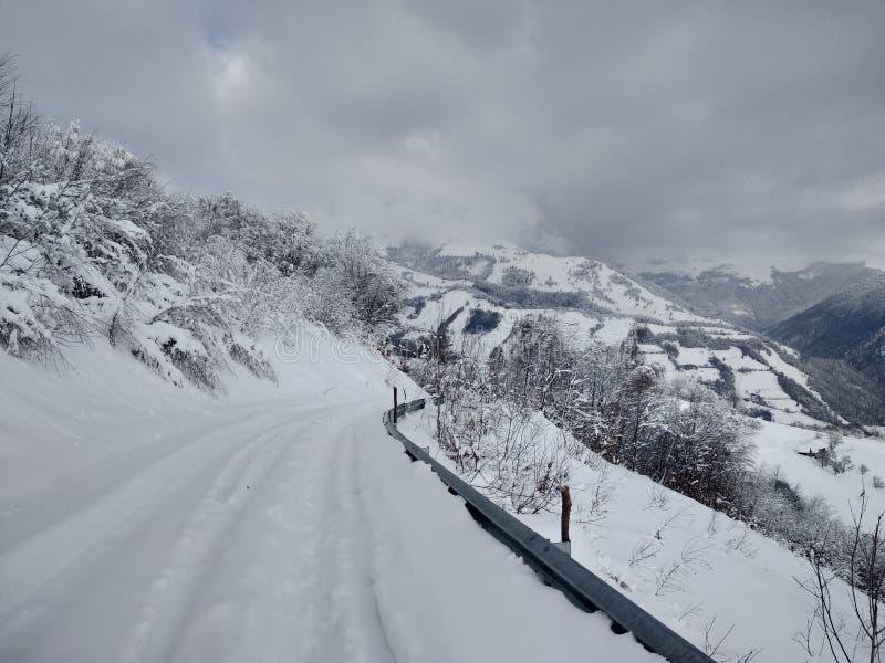 Beautiful winter landscapes with mountains and snow-laden trees in the village of Parva, Romania, Transylvania. Foto tomada en Enero 2019, en pueblo de parva stock photography