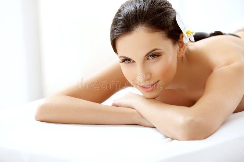 Beautiful Woman Getting Spa Hete Stenenmassage royalty-vrije stock fotografie