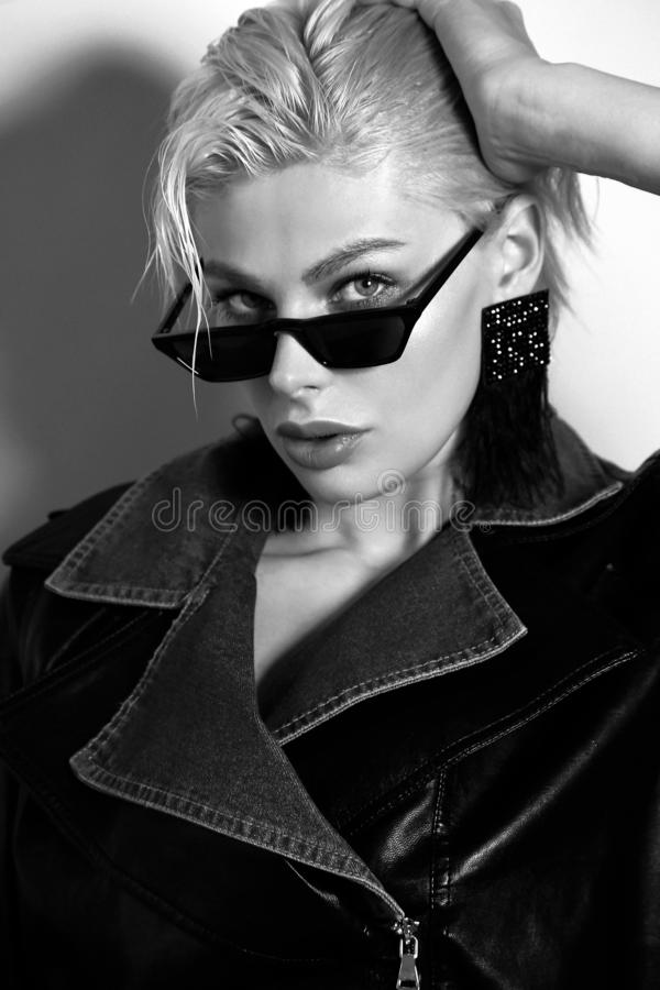 Free Beautiful Woman With Short Blond Hair In Elegant Clothes With Fashion Sunglasses Royalty Free Stock Images - 144917209