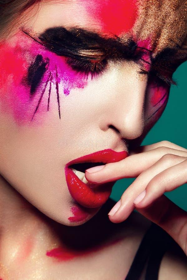 Beautifulgirl avec le maquillage coloré créatif image libre de droits