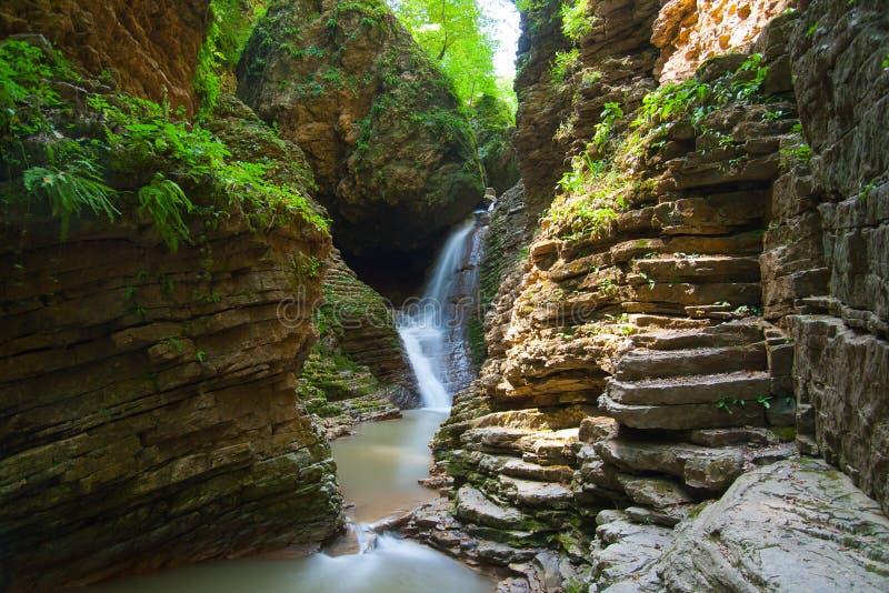 Beautifull瀑布在西高加索 免版税库存图片