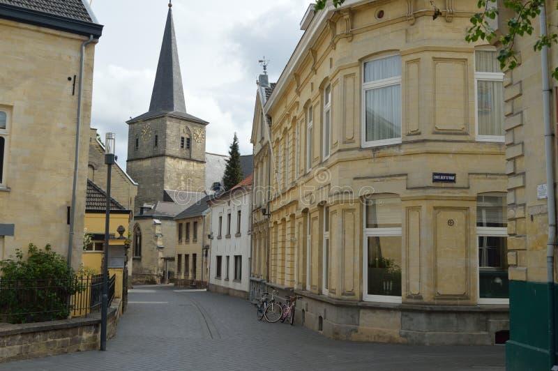 Beautifull街在Valkenburg背景中教会 免版税库存照片