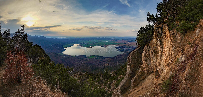Beautifull从山的湖视图在德国阿尔卑斯 免版税图库摄影