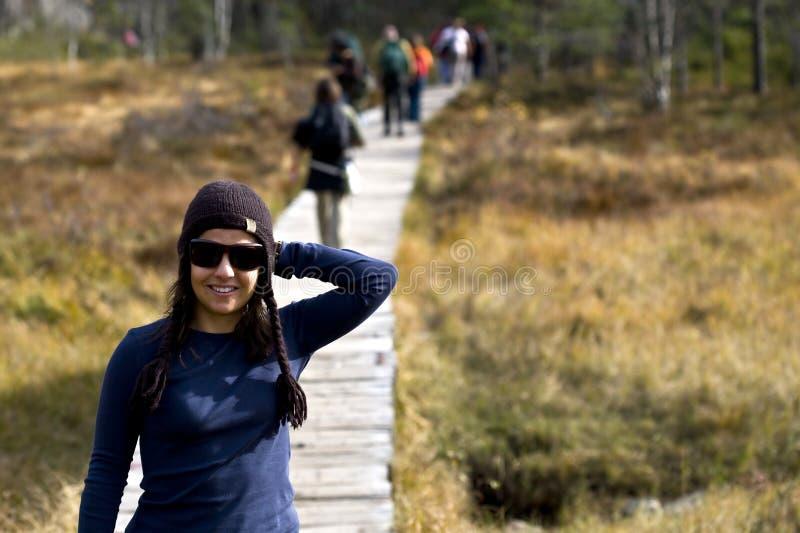 Beautifull Frauen-Trekking in den moutains lizenzfreie stockbilder